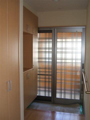 玄関は引き違いです。ドア良いですが、ガラス面が大きいので引き違いの方が玄関内が明るくなります。