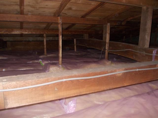 天井裏に断熱材を敷き込みました!断熱アップ。
