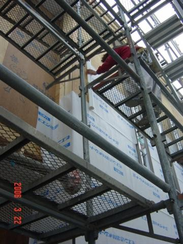 外壁貼り作業・・透湿防水シート貼り作業中・・・