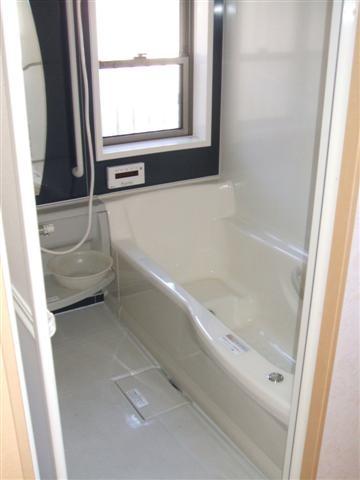 ユニットバスです、浴槽はひとまわり大きいタイプ。