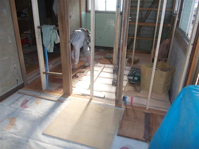 シャワー室、トイレもフローリング貼り作業中。。