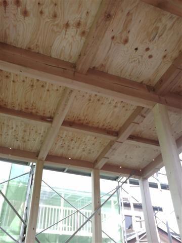 建て方も終わり2階の床下地、32ミリの合板を敷き、地震への耐力アップ。