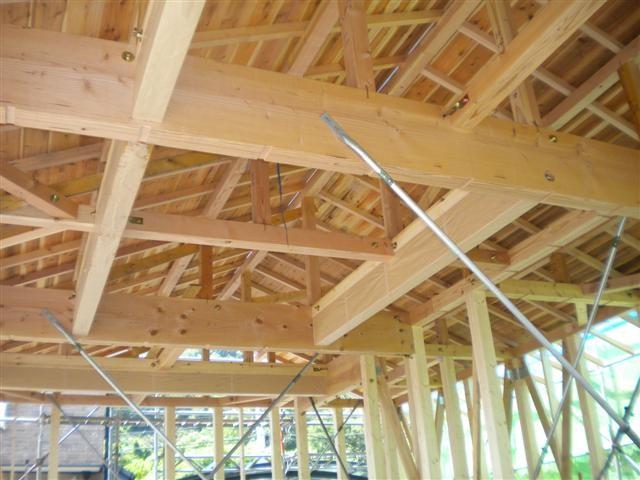 大きな梁が屋根を支えます。