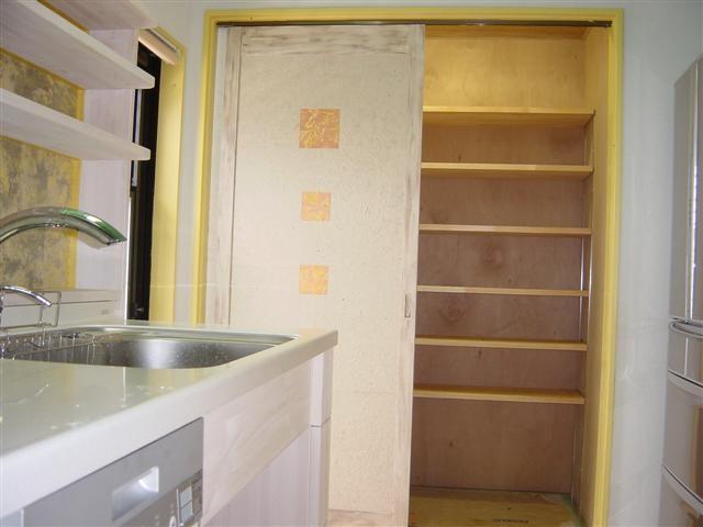 奥様の要望です。キッチンには食品などを入れる収納庫を作りました。