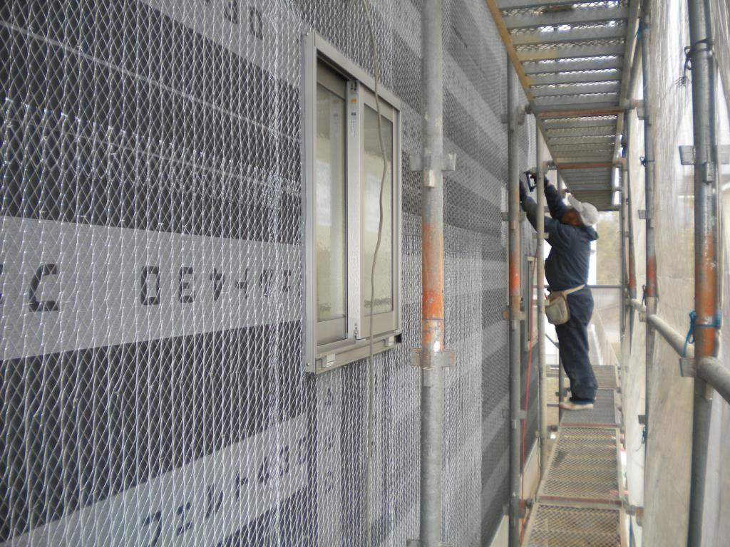 いよいよ左官さん登場、モルタル壁塗り下地で、波ラス貼り作業です。