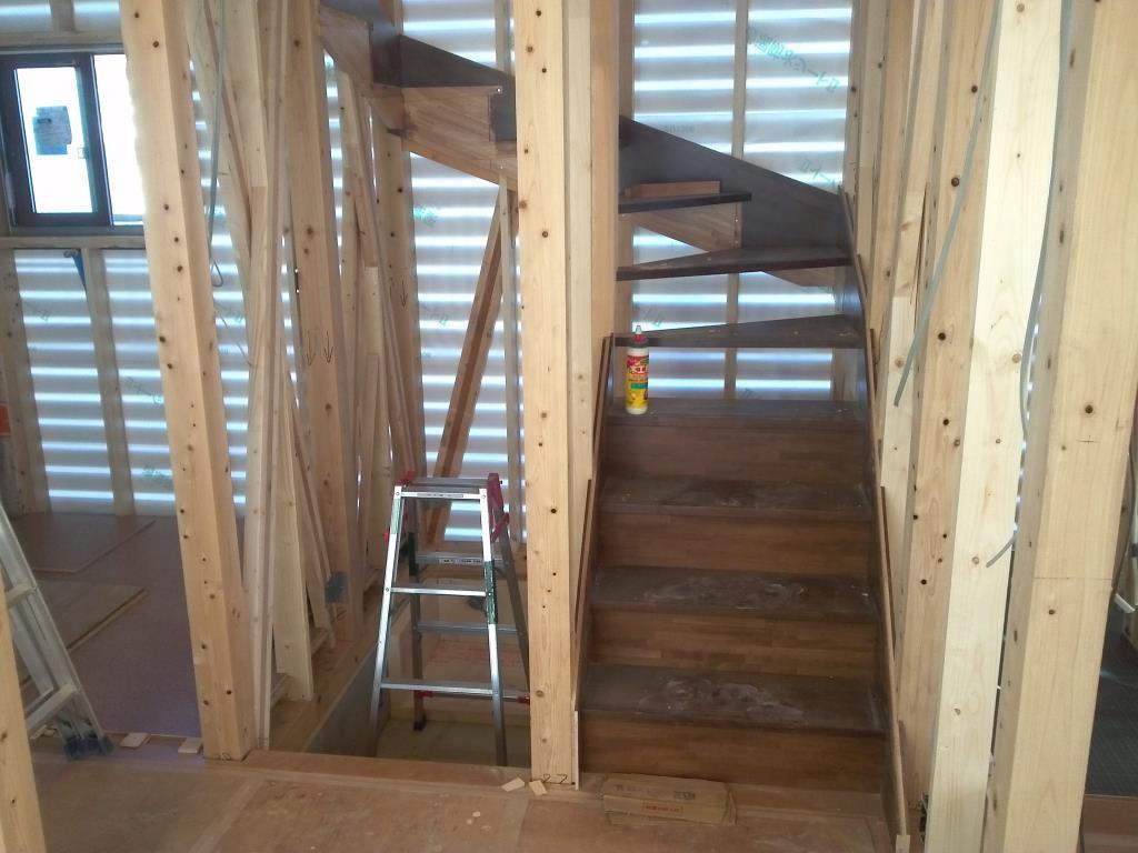 いよいよ階段取付作業です。間違えないように慎重作業で行います。