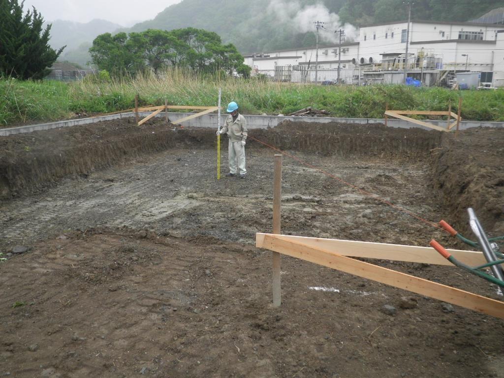 基礎工事開始です。地耐力が良い地盤まで掘り下げます。