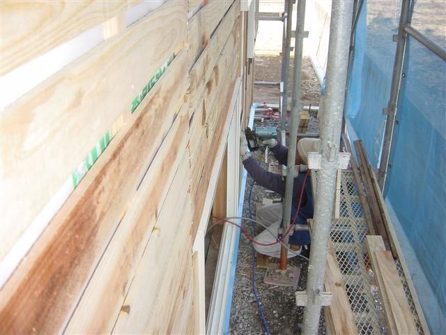 外壁にザラ板を貼り始めました!外壁は9ミリの合板を柱に打ちつけ、その上に通湿防水シートを貼り、そしてさらに15ミリの木材を打ち、その上にザラ板と呼ばれる、モルタルの下地板を貼ります。