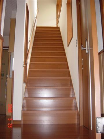 周り階段ではなく、真っ直ぐな階段です。