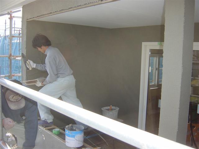 外では左官さんが外壁の仕上げ作業に来てくれています!見ていて気持ちがいいくらいまっすぐな壁に仕上げてくれています。職人の心意気を感じます!