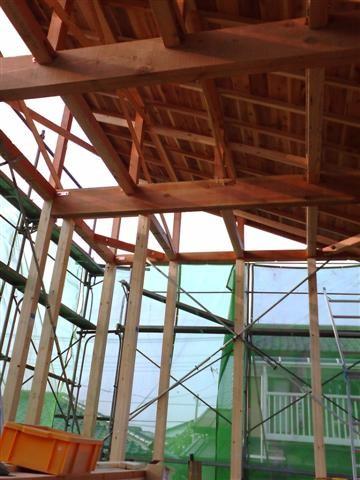 大きな梁は屋根を支えます。