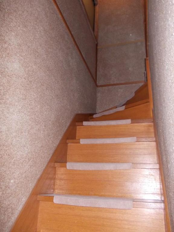 階段テスリ、取付け前の写真です。テスリが付くと上り下りも楽になりますよ。
