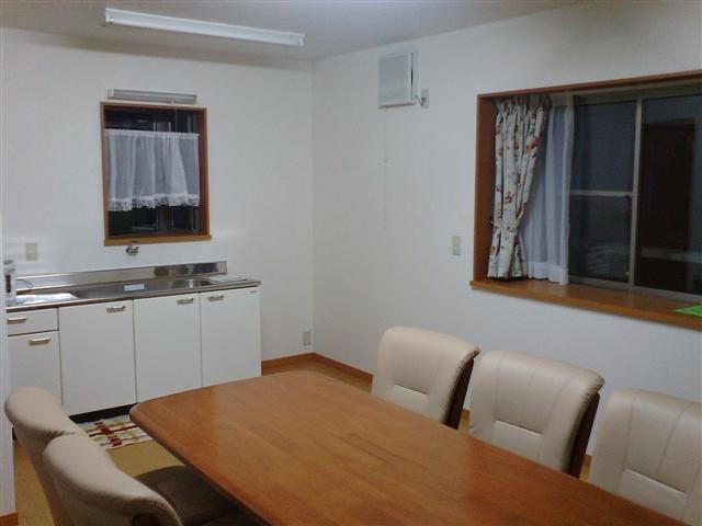 談話スペースは12畳、キッチンとトイレがあります。
