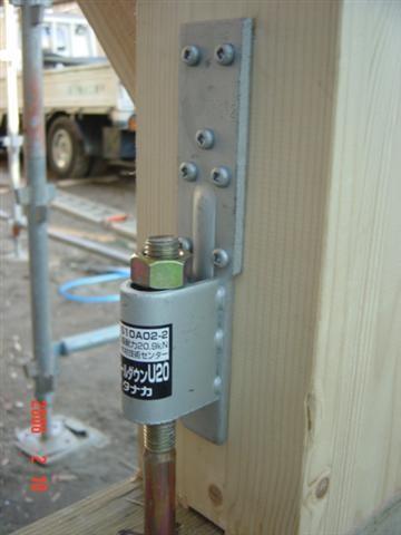 地震対策、柱が土台からはずれない様にしっかりと金物で引っ張ります!