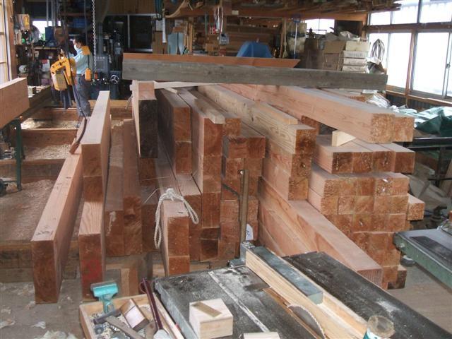 .材木屋さんから構造材が届きました!米松の乾燥材です。大小色々、適材適所に使用して行きます。