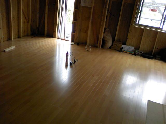 キッチンとダイニング、床が張り終えました。