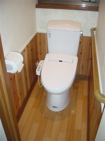 完成! 綺麗なトイレになりました!腰壁を入れて雰囲気が変わりました。
