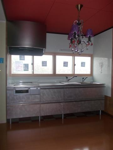 キッチンはオシャレに変化! 赤の天井どうですか?