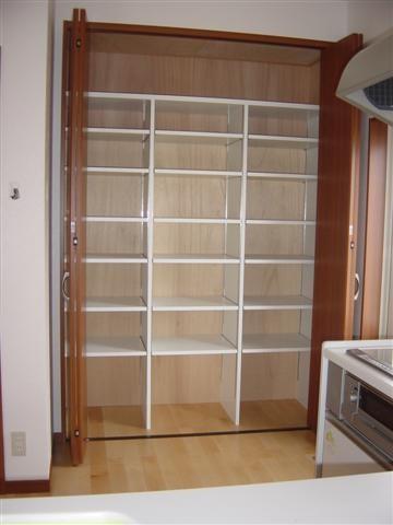 キッチン収納棚は高さ自由自在、いっぱい入りますよ。