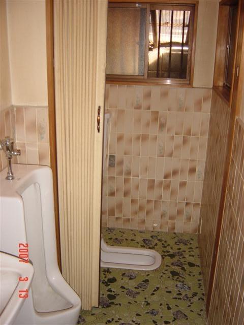 トイレ リフォーム前 洋式便器に変えます、腰壁のタイルはお客様が気に入っているので残し、床をフロアーに張替えです。