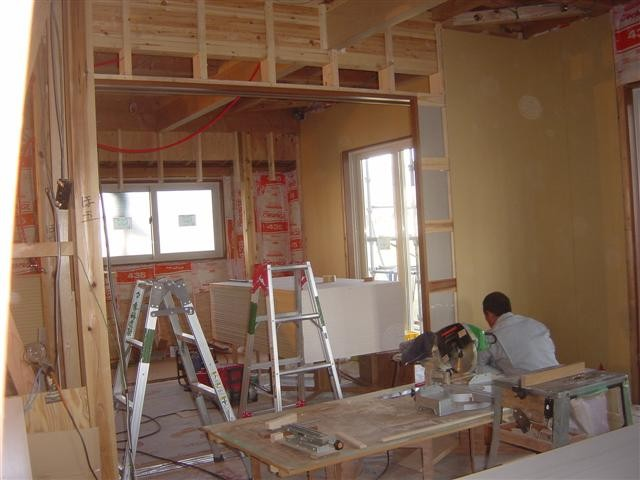 リビングとダイニングの堺に3本引込みの扉を施工中です。冷暖房効果や、お客様が来た時の仕切りとして効果抜群です!