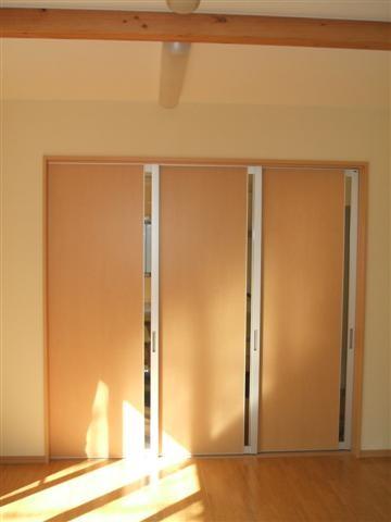 リビングからキッチン入口は大きい開口になるように、扉が3枚壁に引き込まれる様にしました。
