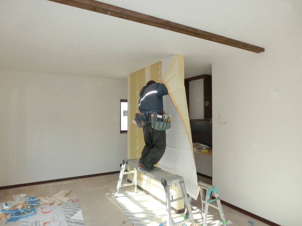 壁、天井、クロス貼り作業です。