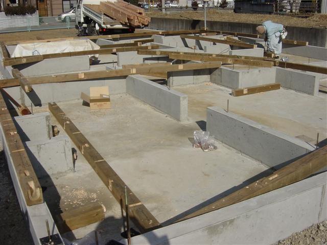 土台敷きこみ作業中、アンカーボルトの位置にドリルで穴をあけて行きます。