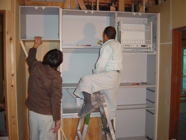 キッチンのつくり付け家具収納を組み立てています。収納力抜群ですよ。