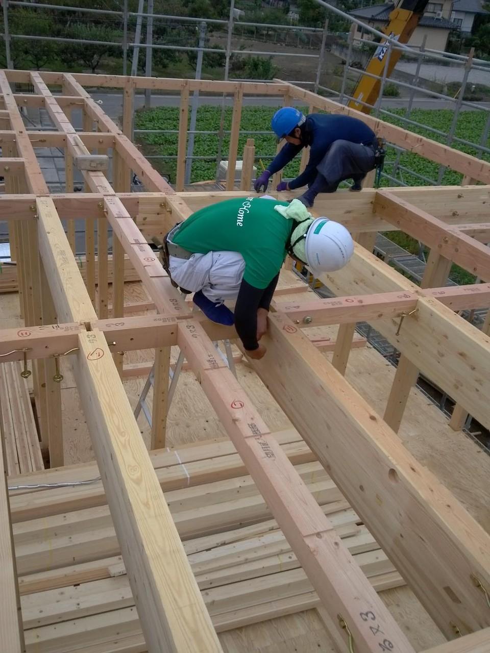 本日建て方、一階床梁、金物締め作業中