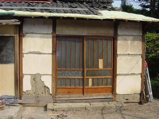 住宅建築で少し壊した元の住宅です、外壁を治します。