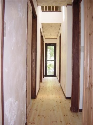 南と北側を部屋に囲まれた中廊下です、天窓を付けたのであかるいです。