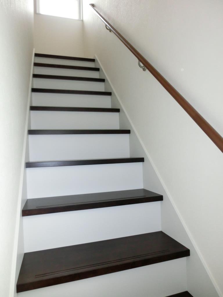 2色使いのモダン階段です。