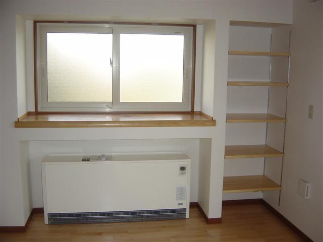 ダイニング、蓄熱暖房機です。窓下に収納しました。