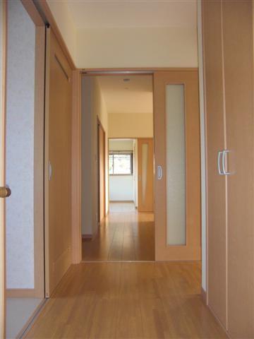 玄関から見た廊下です、突き当たりはおばあちゃんの部屋です。