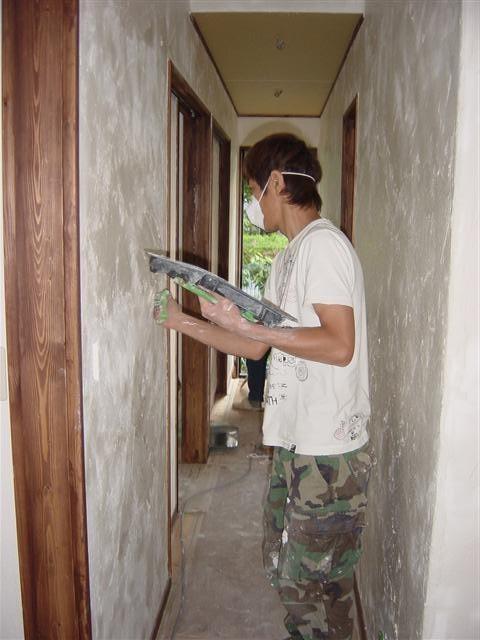 お客様漆喰塗り作業中。