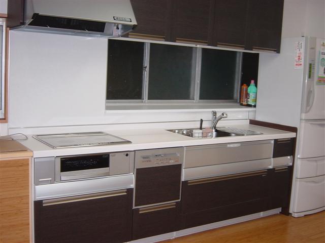シックなデザインンのシステムキッチンが綺麗に据えつきました。