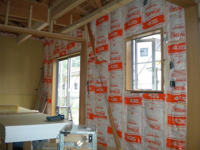 壁断熱材入れ作業中です。外の熱をしっかりブロック!