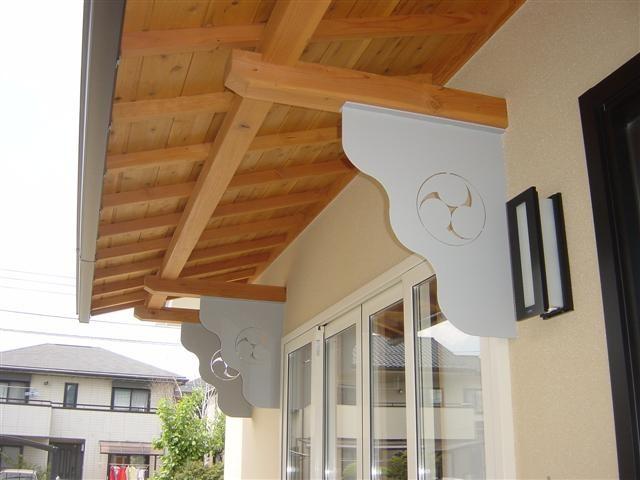 屋根の重みを受ける部材には横瀬様の「家紋」を切り抜きました。