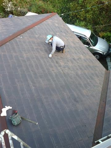 以前の塗装工事の時に重なり部分がはりついてしまっているので「縁切り」作業を行います。