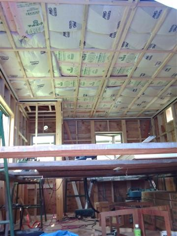 天井下地を組み終えたら、断熱材を入れます。