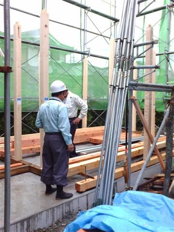 建て方、土台を敷き、柱から建ていきます。