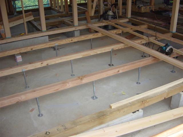21.床下 大引きを入れてその上に根太を打つ作業です、この作業が大切。曲がって入れると、フローリングが平らに張れません。 (Small)