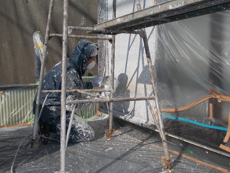 弾性タイル吹付け作業中。。 まず最初に塗装を粒状に飛ばして壁に貼付け、その後ローラーで表面を押えていきます。根気のいる作業です!
