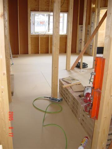 2階床の音が1階に響かない様に、2階全面にボードを敷きます。