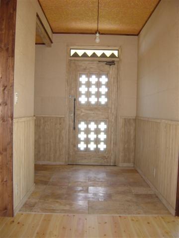 玄関は部屋とは違う雰囲気。