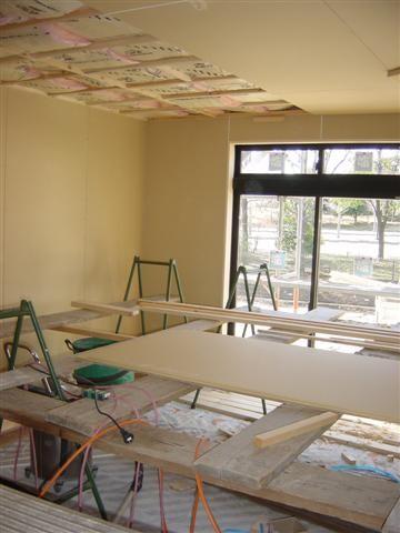 天井貼り作業中、天井には断熱材をしっかりのせます。