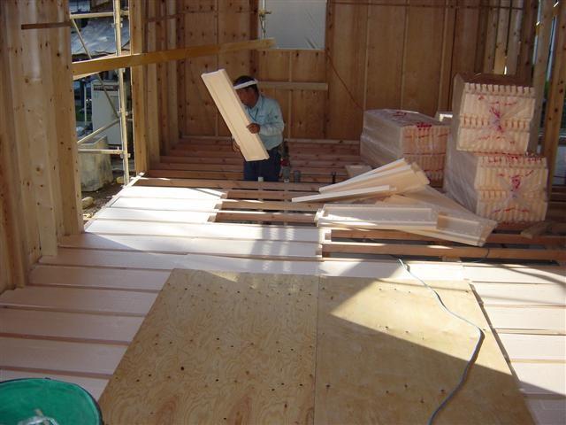 床材を支える根太の間に断熱材を入れて、冬に冷気が床材に伝わることを防ぎます。