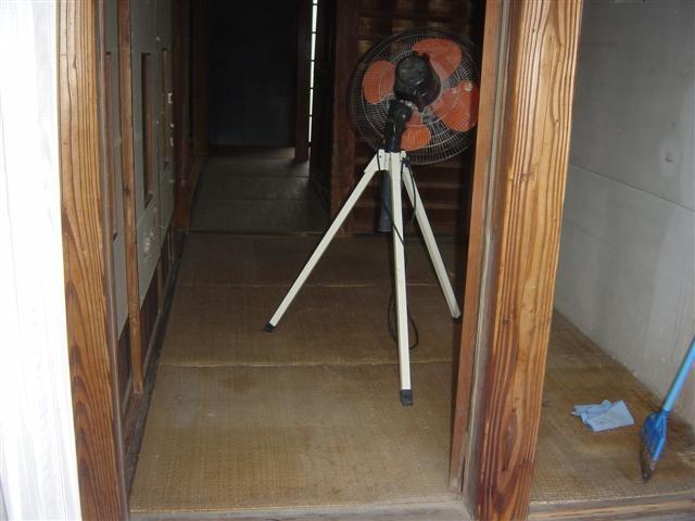一部は築100年以上経つ住宅部分があり、畳をフロアーに張替えます。