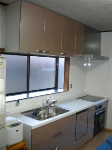 淡いピンク色のキッチンは部屋を明るくしてくれます。